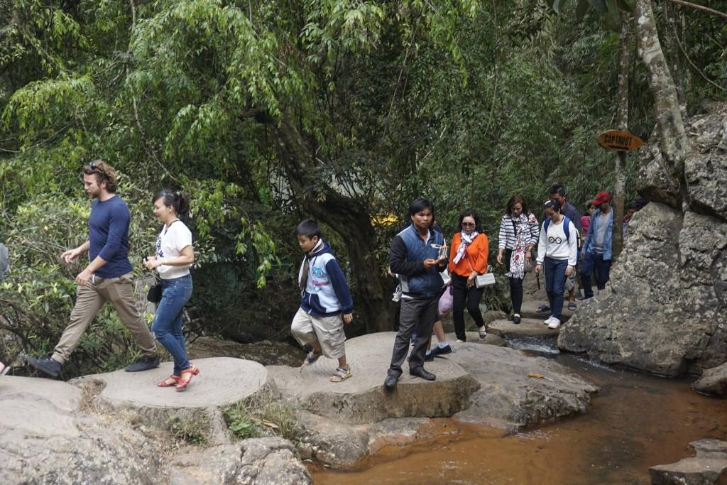 Thăm thác nước Datanla25