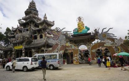 Đoàn từ thiện Tịnh Xá Lộc Uyển tham quan chùa Linh Phước Đà Lạt